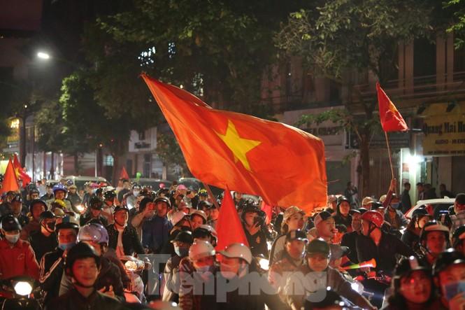 CĐV 'sung sướng' đổ xuống đường ăn mừng chiến thắng của Việt Nam - ảnh 2