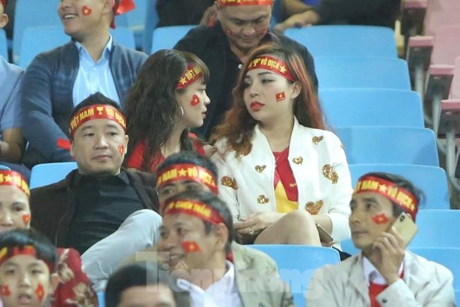 Cổ động viên Việt Nam 'cô đơn' nhất Mỹ Đình hôm nay là đây - ảnh 11