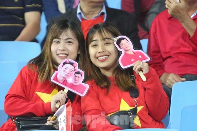 Cổ động viên Việt Nam 'cô đơn' nhất Mỹ Đình hôm nay là đây - ảnh 9