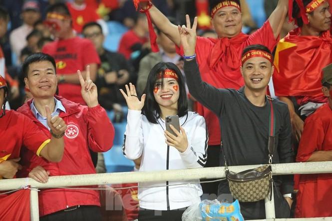 Cổ động viên Việt Nam 'cô đơn' nhất Mỹ Đình hôm nay là đây - ảnh 10
