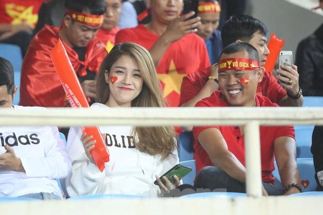 Cổ động viên Việt Nam 'cô đơn' nhất Mỹ Đình hôm nay là đây - ảnh 8