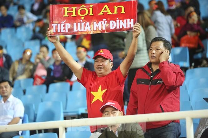 Cổ động viên Việt Nam 'cô đơn' nhất Mỹ Đình hôm nay là đây - ảnh 7