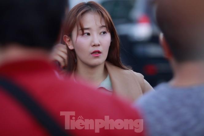 Nữ phóng viên Hàn xinh tươi đến đón đoàn quân HLV Park Hang-seo - ảnh 3