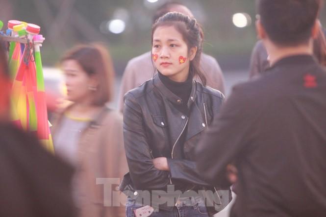 Nữ phóng viên Hàn xinh tươi đến đón đoàn quân HLV Park Hang-seo - ảnh 7
