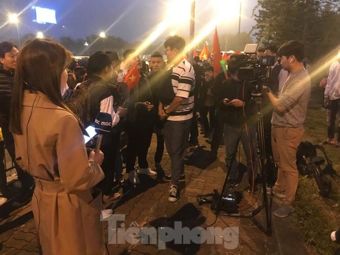 Nữ phóng viên Hàn xinh tươi đến đón đoàn quân HLV Park Hang-seo - ảnh 5