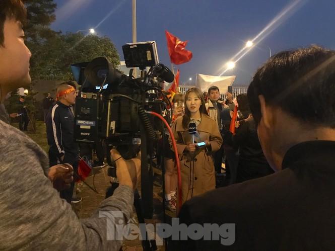 Nữ phóng viên Hàn xinh tươi đến đón đoàn quân HLV Park Hang-seo - ảnh 4