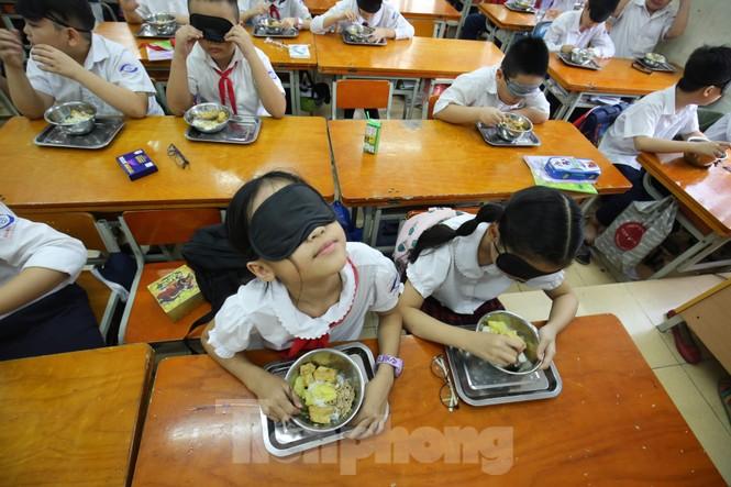 Xúc động với trải nghiệm bữa ăn bóng tối của học sinh - ảnh 3