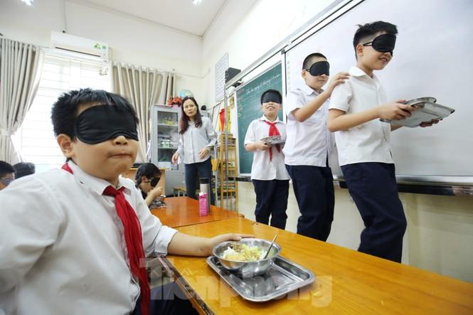 Xúc động với trải nghiệm bữa ăn bóng tối của học sinh - ảnh 2