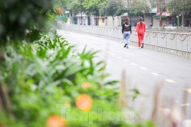 Hà Nội: Đóng cửa công viên, nhiều người dân vẫn ra đường tập thể dục - ảnh 9