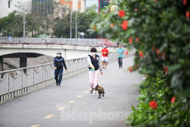 Hà Nội: Đóng cửa công viên, nhiều người dân vẫn ra đường tập thể dục - ảnh 4