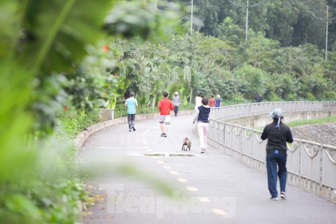 Hà Nội: Đóng cửa công viên, nhiều người dân vẫn ra đường tập thể dục - ảnh 8