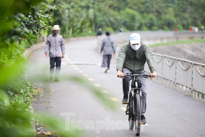 Hà Nội: Đóng cửa công viên, nhiều người dân vẫn ra đường tập thể dục - ảnh 5