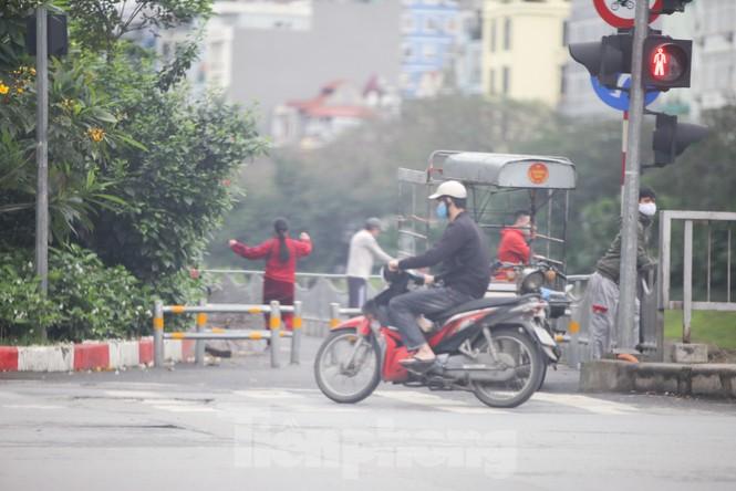 Hà Nội: Đóng cửa công viên, nhiều người dân vẫn ra đường tập thể dục - ảnh 12