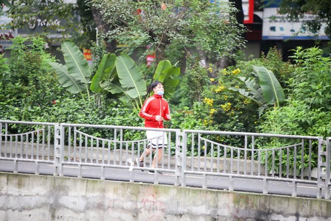 Hà Nội: Đóng cửa công viên, nhiều người dân vẫn ra đường tập thể dục - ảnh 11