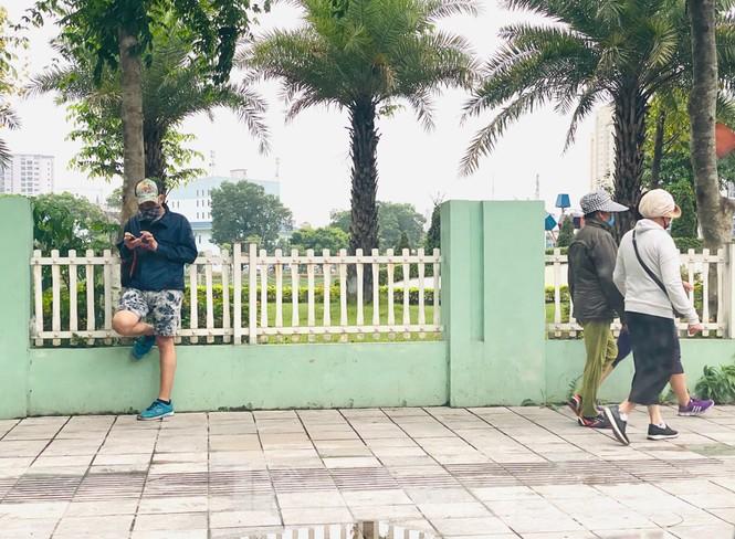 Hà Nội: Đóng cửa công viên, nhiều người dân vẫn ra đường tập thể dục - ảnh 2