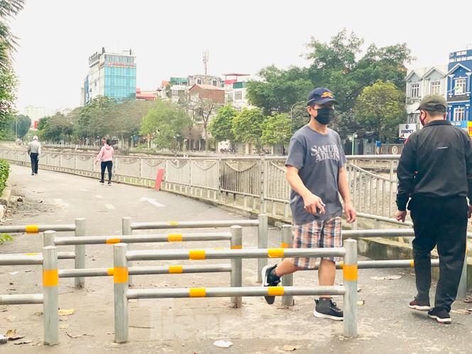 Hà Nội: Đóng cửa công viên, nhiều người dân vẫn ra đường tập thể dục - ảnh 10