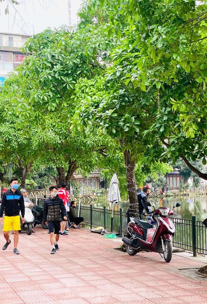 Người dân Hà Nội vẫn đổ ra hồ tập thể thao trong lúc 'cách ly toàn xã hội' - ảnh 7