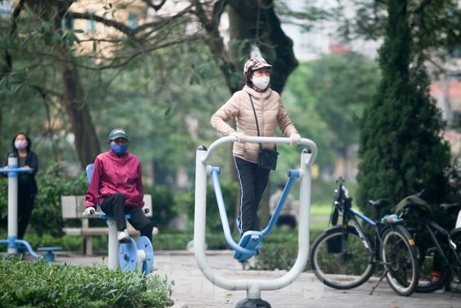 Người dân Hà Nội vẫn đổ ra hồ tập thể thao trong lúc 'cách ly toàn xã hội' - ảnh 8