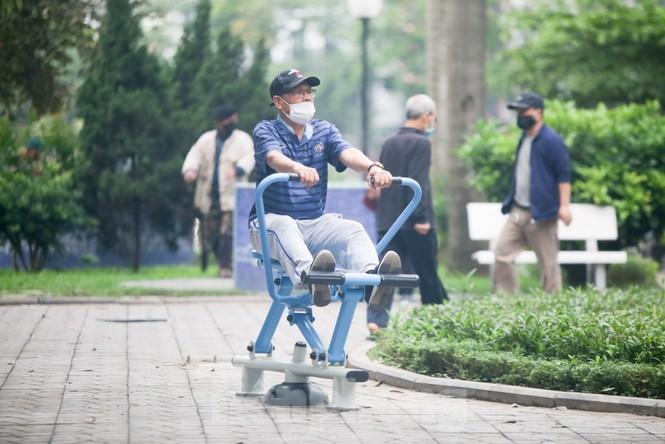 Người dân Hà Nội vẫn đổ ra hồ tập thể thao trong lúc 'cách ly toàn xã hội' - ảnh 2