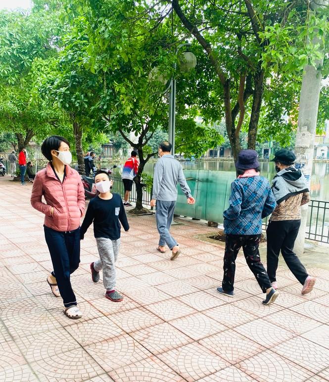 Người dân Hà Nội vẫn đổ ra hồ tập thể thao trong lúc 'cách ly toàn xã hội' - ảnh 3