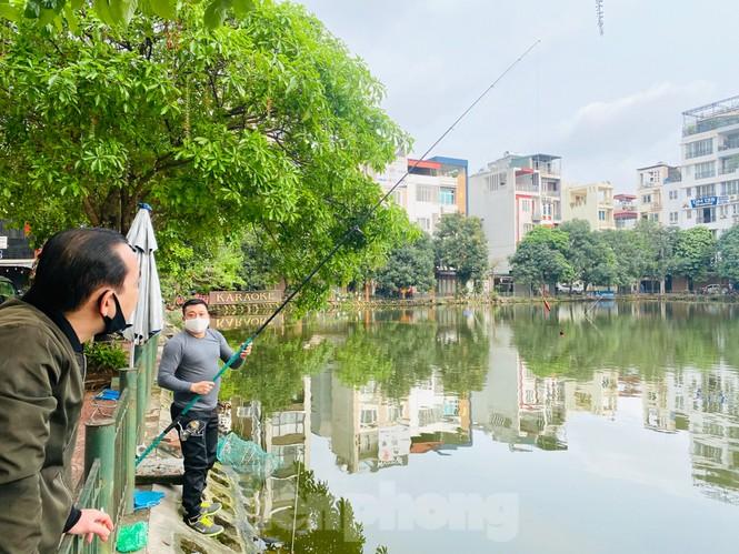 Người dân Hà Nội vẫn đổ ra hồ tập thể thao trong lúc 'cách ly toàn xã hội' - ảnh 4