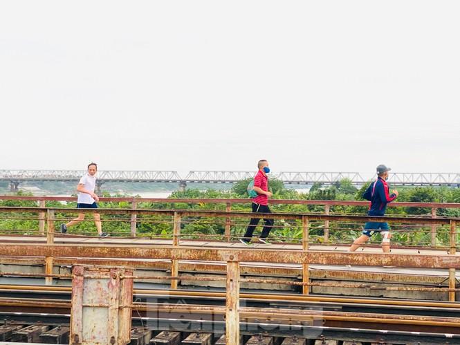 Nườm nượp người tập thể dục trên cầu Long Biên chiều cuối tuần - ảnh 2