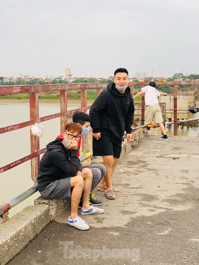 Nườm nượp người tập thể dục trên cầu Long Biên chiều cuối tuần - ảnh 12