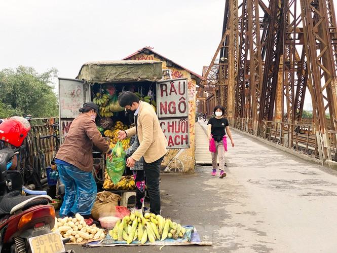 Nườm nượp người tập thể dục trên cầu Long Biên chiều cuối tuần - ảnh 9