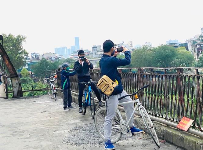 Nườm nượp người tập thể dục trên cầu Long Biên chiều cuối tuần - ảnh 13