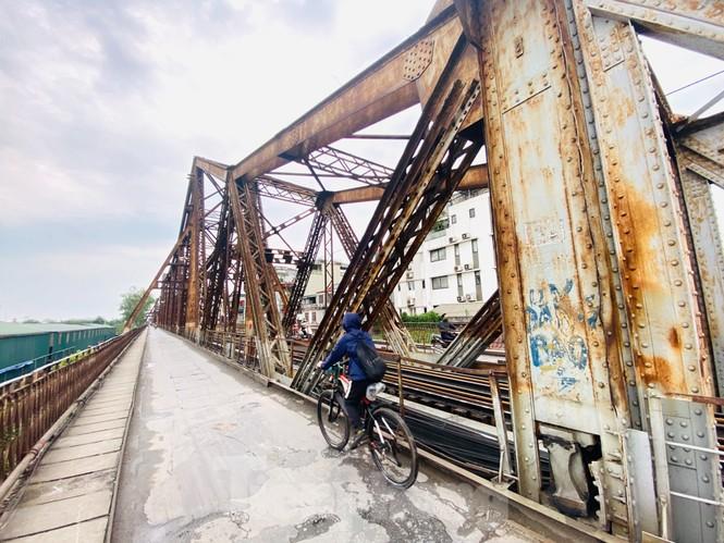 Nườm nượp người tập thể dục trên cầu Long Biên chiều cuối tuần - ảnh 16