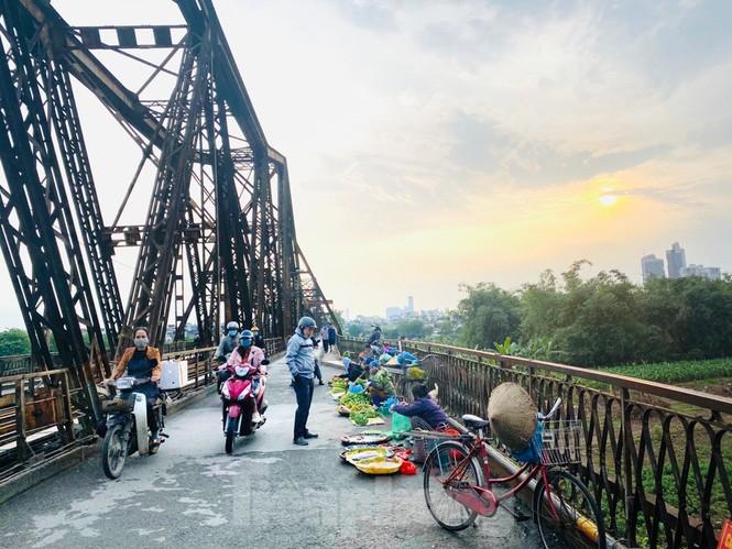 Nườm nượp người tập thể dục trên cầu Long Biên chiều cuối tuần - ảnh 10