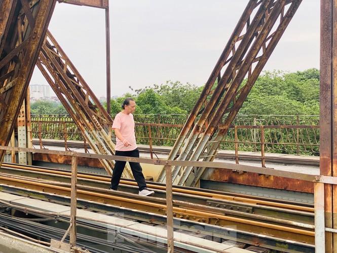 Nườm nượp người tập thể dục trên cầu Long Biên chiều cuối tuần - ảnh 7