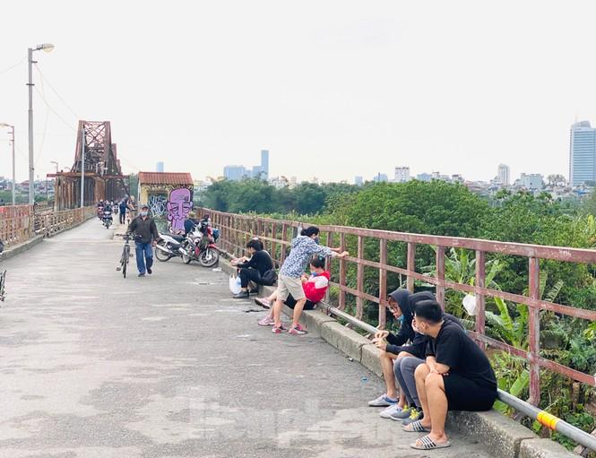 Nườm nượp người tập thể dục trên cầu Long Biên chiều cuối tuần - ảnh 11