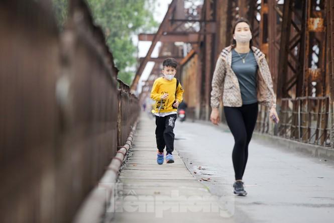 Nườm nượp người tập thể dục trên cầu Long Biên chiều cuối tuần - ảnh 1