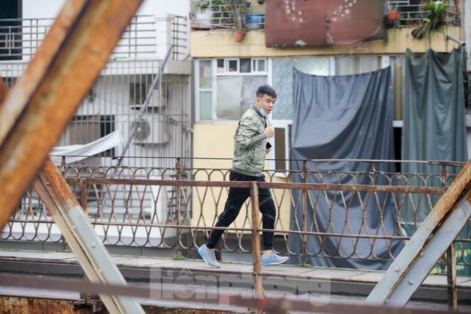 Nườm nượp người tập thể dục trên cầu Long Biên chiều cuối tuần - ảnh 3