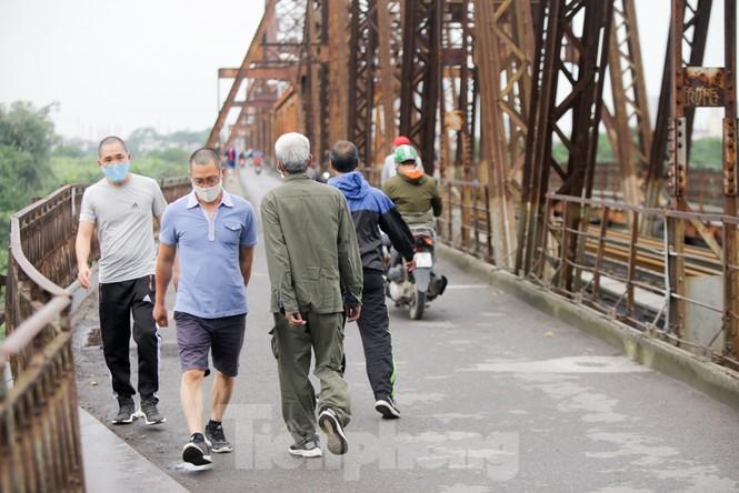Nườm nượp người tập thể dục trên cầu Long Biên chiều cuối tuần - ảnh 4