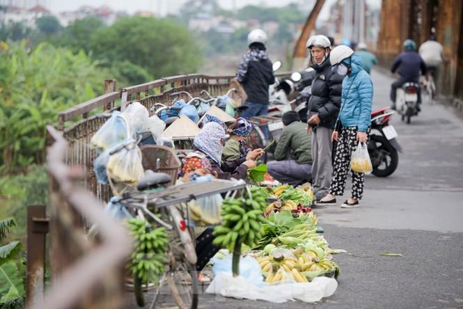 Nườm nượp người tập thể dục trên cầu Long Biên chiều cuối tuần - ảnh 8