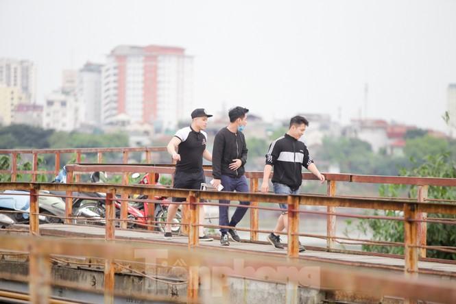 Nườm nượp người tập thể dục trên cầu Long Biên chiều cuối tuần - ảnh 6
