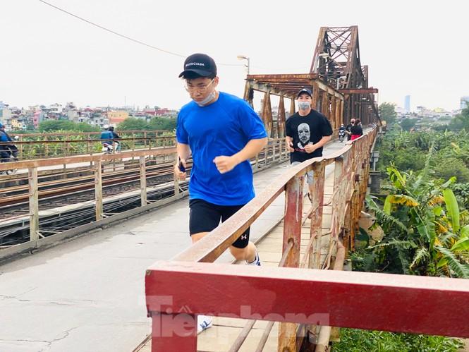 Nườm nượp người tập thể dục trên cầu Long Biên chiều cuối tuần - ảnh 5