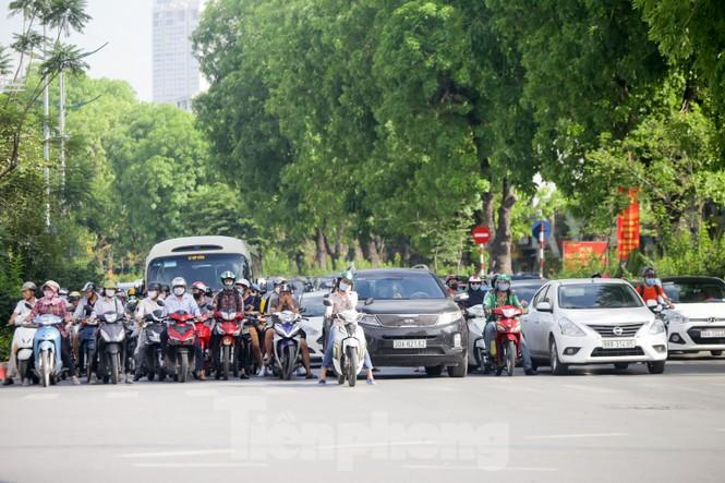 Người dân Hà Nội khổ sở ra đường trong ngày đầu đợt cao điểm nắng nóng - ảnh 3