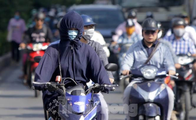 Người dân Hà Nội khổ sở ra đường trong ngày đầu đợt cao điểm nắng nóng - ảnh 5