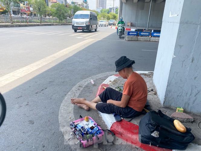 """""""Săn bóng râm"""" tranh thủ chợp mắt giữa trưa nắng Hà Nội  - ảnh 8"""
