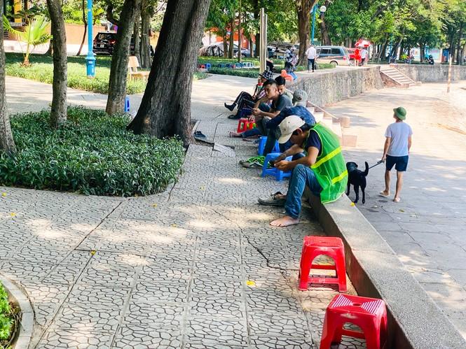"""""""Săn bóng râm"""" tranh thủ chợp mắt giữa trưa nắng Hà Nội  - ảnh 4"""