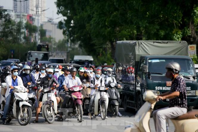 Người dân Hà Nội khổ sở ra đường trong ngày đầu đợt cao điểm nắng nóng - ảnh 1