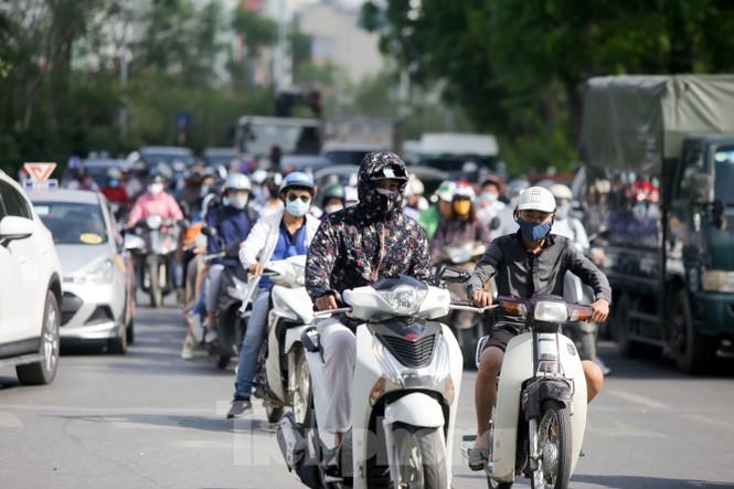 Người dân Hà Nội khổ sở ra đường trong ngày đầu đợt cao điểm nắng nóng - ảnh 2