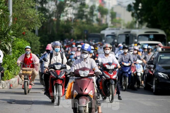 Người dân Hà Nội khổ sở ra đường trong ngày đầu đợt cao điểm nắng nóng - ảnh 6