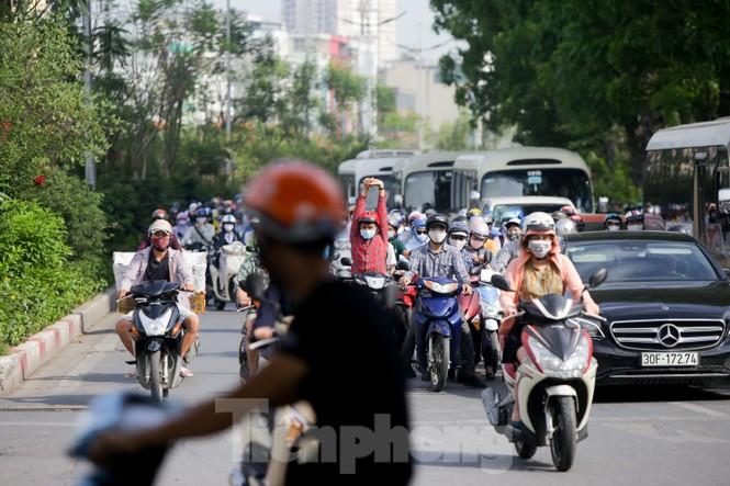 Người dân Hà Nội khổ sở ra đường trong ngày đầu đợt cao điểm nắng nóng - ảnh 7