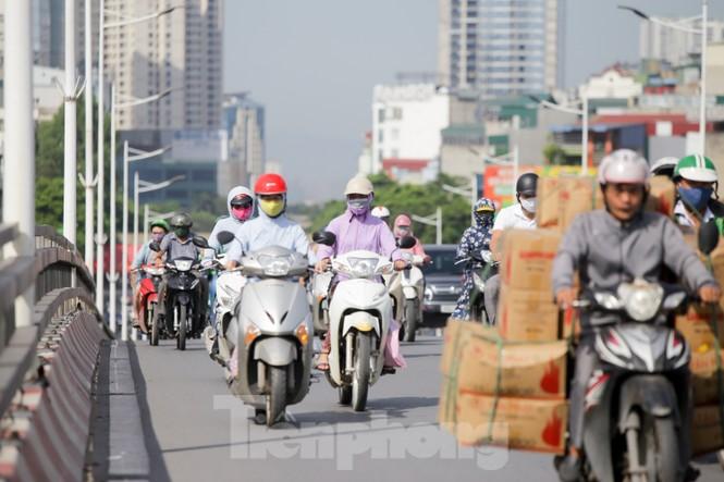 Người dân Hà Nội khổ sở ra đường trong ngày đầu đợt cao điểm nắng nóng - ảnh 10