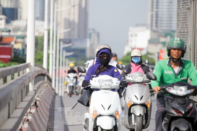 Người dân Hà Nội khổ sở ra đường trong ngày đầu đợt cao điểm nắng nóng - ảnh 11