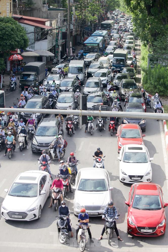 Người dân Hà Nội khổ sở ra đường trong ngày đầu đợt cao điểm nắng nóng - ảnh 12